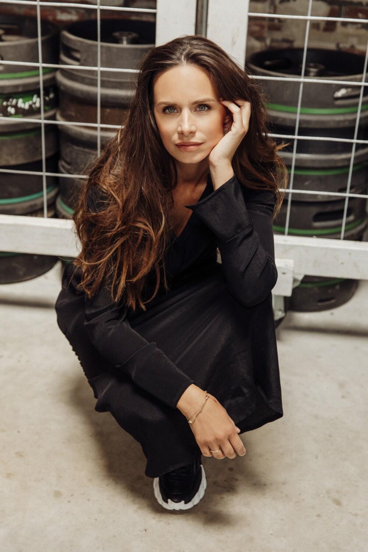 Celine in zwarte jurk Aímée 20A013